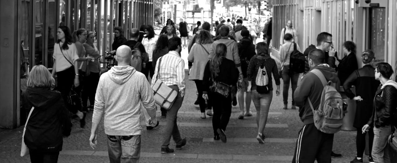 gente calle paseando